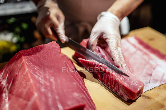 Male chef cutting raw seafood into slices at restaurant - foto de stock