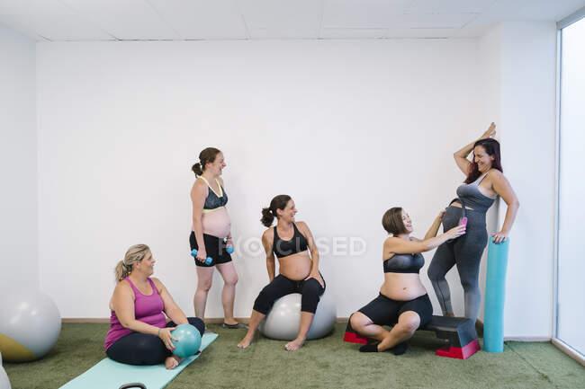 Группа беременных, занимающихся спортом в студии йоги — стоковое фото