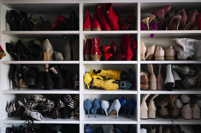 Variação de calçado em rack em casa — Fotografia de Stock