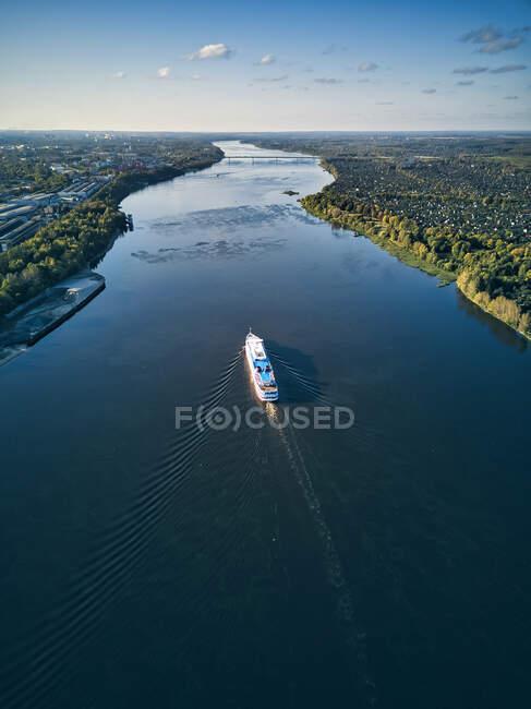 Barco moviéndose a lo largo del río Volga contra el cielo - foto de stock