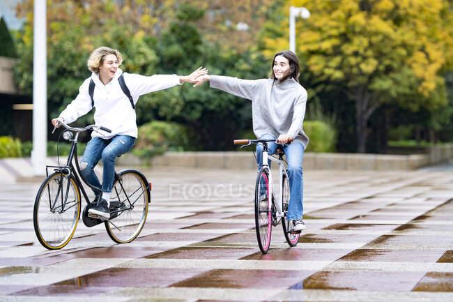 Amigos despreocupados pedalando no caminho do parque — Fotografia de Stock