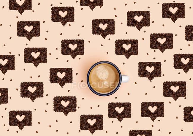 Patrón de taza de café rodeado de granos de café tostados dispuestos en formas de burbujas de chat en línea - foto de stock
