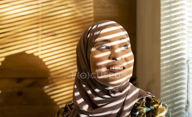Вікно засліплює тінь на жінці, яка дивиться на кафе. — стокове фото