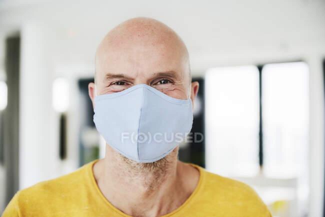 Hombre con mascarilla protectora - foto de stock