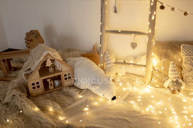 Quarto doméstico decorado com luzes de fadas — Fotografia de Stock