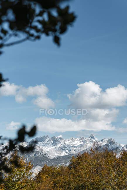 Nuvole sulle cime dei Picos de Europa in autunno — Foto stock