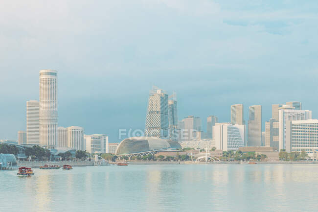 Marina Bay and Esplanade Theater перед річкою проти блакитного неба — стокове фото