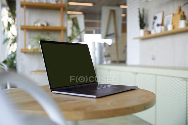 Ordenador portátil en la mesa - foto de stock