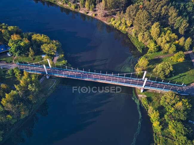 Vista aérea del puente sobre el río Kotorosl - foto de stock