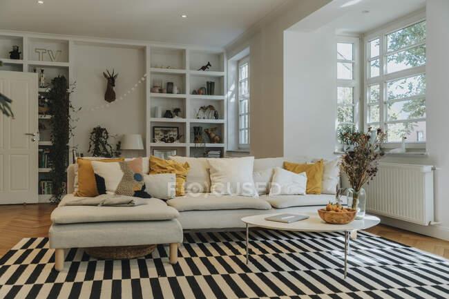 Современный интерьер гостиной с диваном — стоковое фото