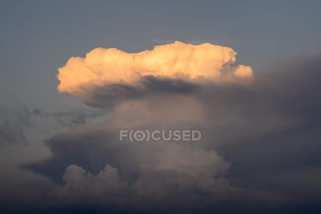 Nubi temporalesche illuminate dal sole al tramonto — Foto stock