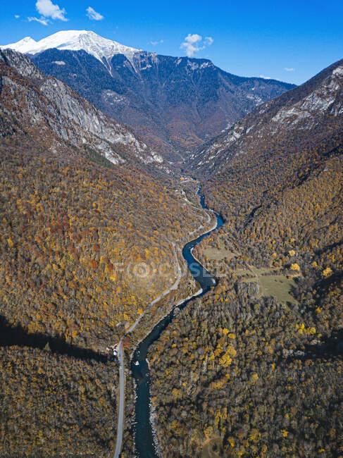 Вид згори на річку Біб, що протікає через лісову долину в горах Кавказу. — стокове фото