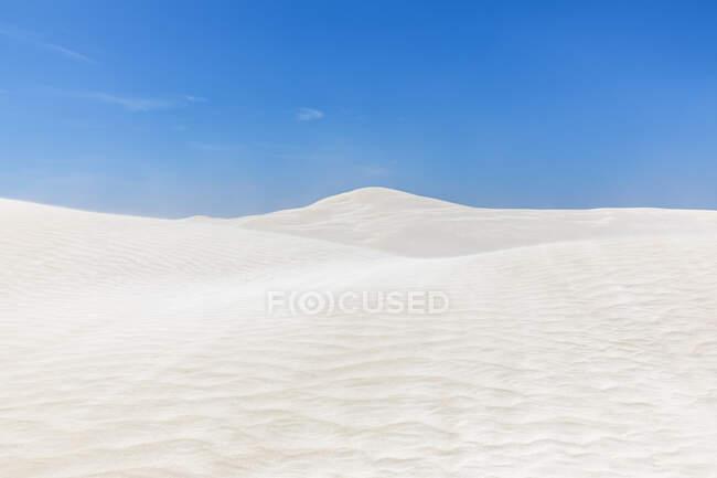Ясное голубое небо над белыми песчаными дюнами — стоковое фото