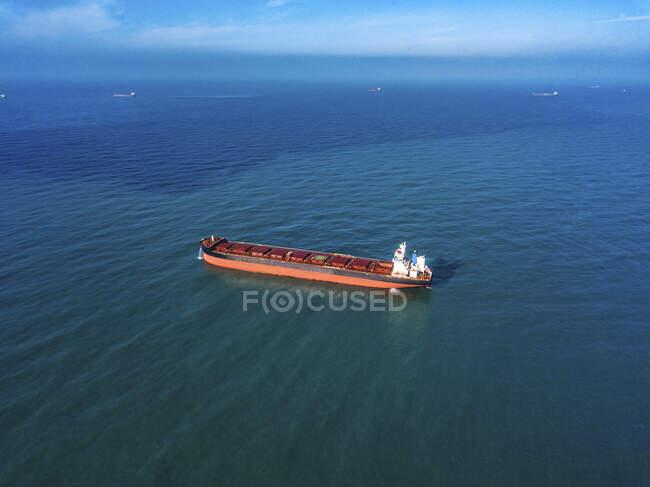 Вид с воздуха на контейнерные суда в Японском море — стоковое фото