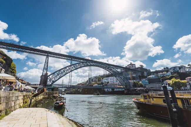 Dom Luis I Ponte sul fiume Douro in città contro il cielo, Oporto, Portogallo — Foto stock