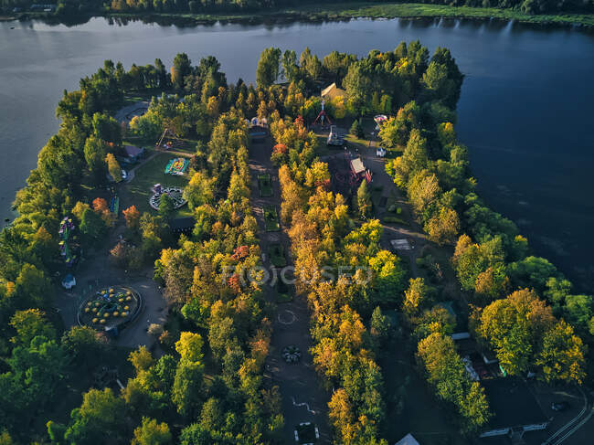 Árboles en el parque de atracciones junto al río Kotorosl - foto de stock