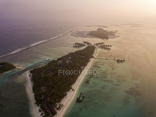 Vista aérea de la isla Huraa al atardecer, Maldivas - foto de stock