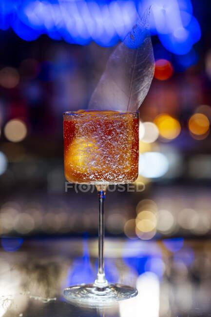 Cocktail em vidro Martini com folha de gelo decorativa — Fotografia de Stock