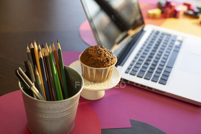 Високий кут огляду письмового приладу, торта і ноутбука на столі вдома. — стокове фото