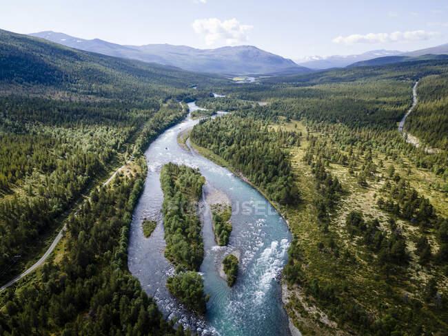 Río que fluye a través del Parque Nacional Jotunheimen, Noruega - foto de stock