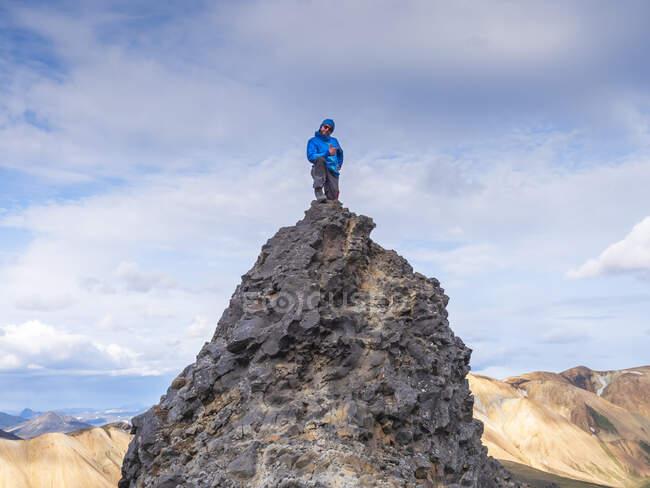 Hiker posing on top of volcanic hill in Landmannalaugar — Stock Photo