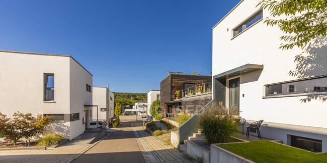 Германия, Баден-Вюртемберг, Эслинген, Энергоэффективные дома в современном пригороде — стоковое фото