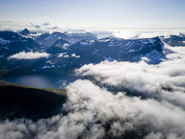 Panorama nuvoloso sulla catena montuosa di Breidtinden, Senja, Norvegia — Foto stock