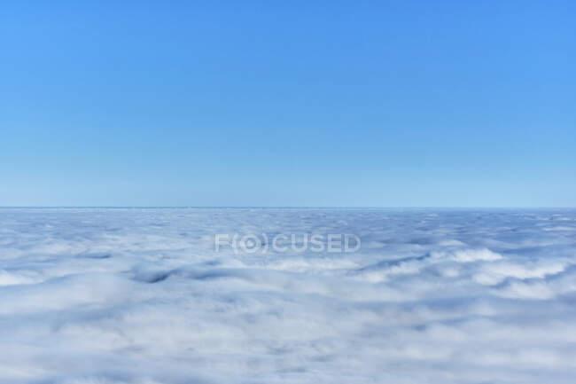 Cielo limpido sopra fitta nebbia bianca — Foto stock