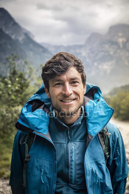 Portrait of smiling man in landscape — Stock Photo
