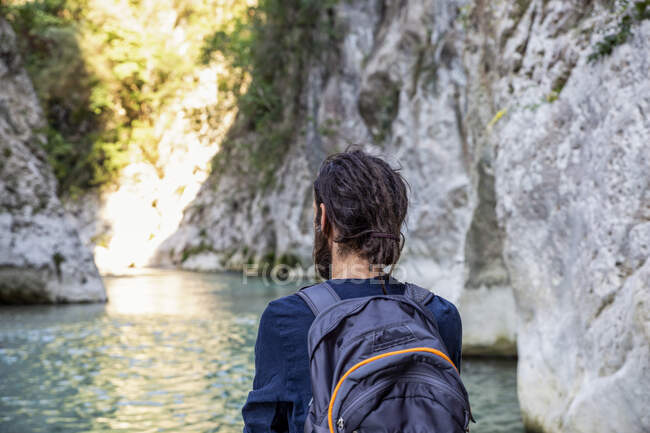 Uomo ammirando vista del fiume mentre in piedi a Epiro, Grecia — Foto stock