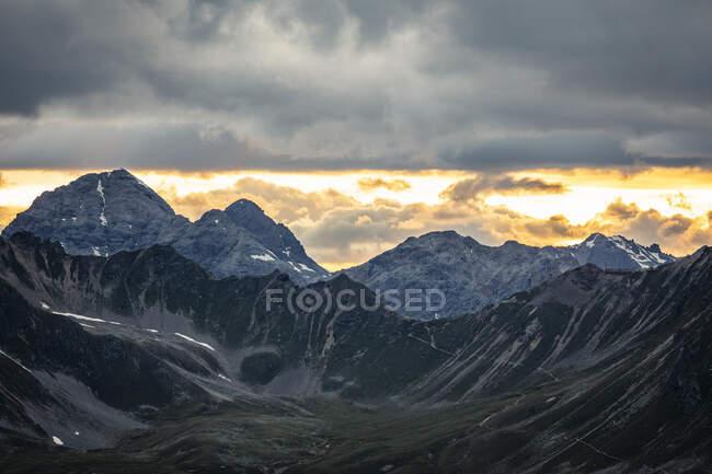 Drammatico cielo al tramonto sulle montagne — Foto stock