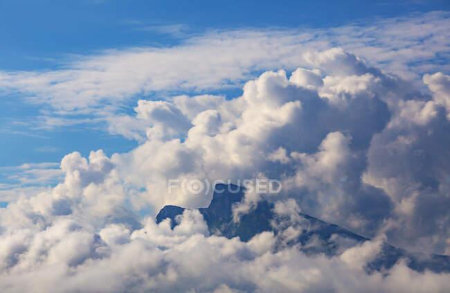 Veduta aerea della montagna di Schafberg avvolta da nuvole bianche — Foto stock