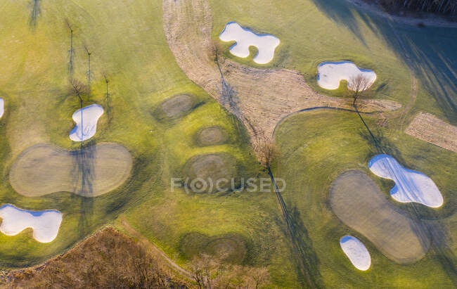 Vista aérea del campo de golf vacío en otoño - foto de stock