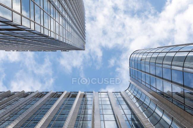 Arranha-céus de escritório moderno alto contra o céu azul, Londres, Reino Unido — Fotografia de Stock