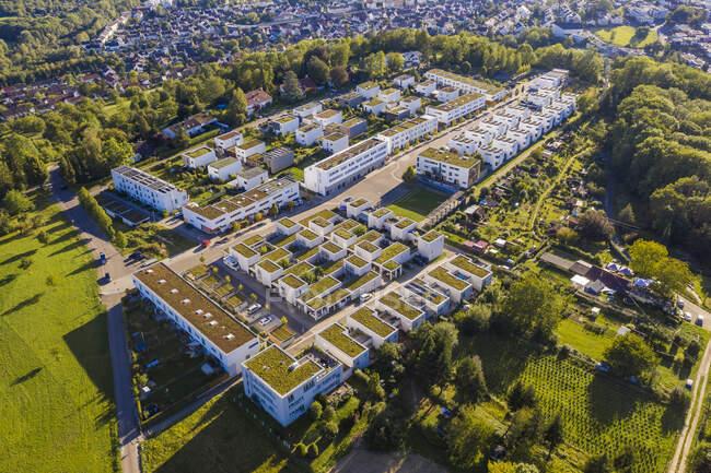 Повітряний вид сучасного житлового комплексу, верхній дрон, плоский — стокове фото