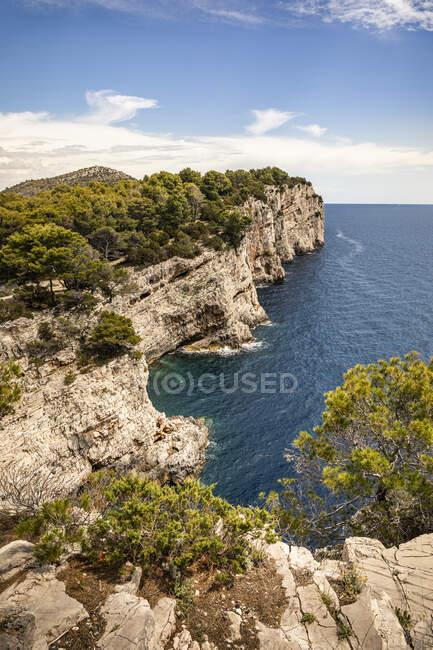 Spiaggia rocciosa del Mar Mediterraneo, la costa dell'isola di Creta — Foto stock