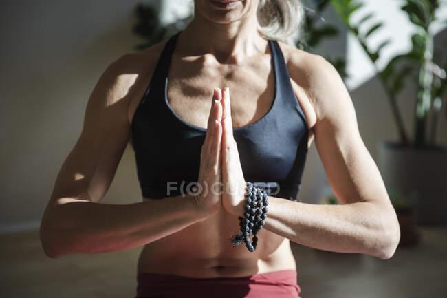 Йогіні молиться вдома у сонячний день. — стокове фото