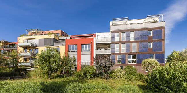 Germania, Baden-Wurttemberg, Tubingen, Panorama dei moderni condomini ad alta efficienza energetica nel sobborgo di Muhlenviertel — Foto stock