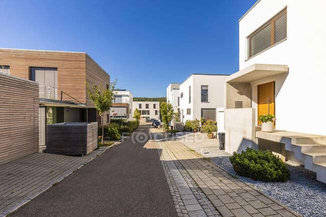 Alemania, Baden-Wurttemberg, Esslingen, Casas energéticamente eficientes en los suburbios modernos - foto de stock