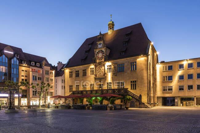 Alemania, Baden-Wurttemberg, Heilbronn, Plaza vacía frente al histórico ayuntamiento al atardecer - foto de stock