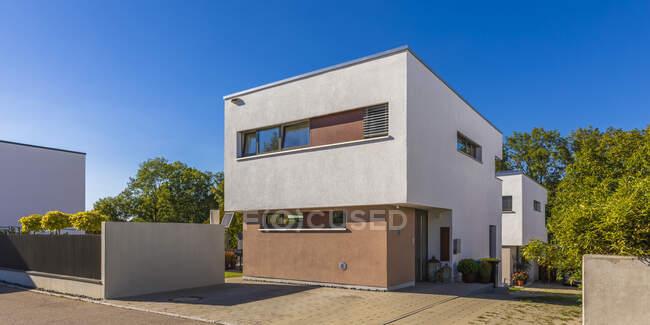 Germania, Baden-Wurttemberg, Esslingen, Casa ad alta efficienza energetica nel sobborgo moderno — Foto stock