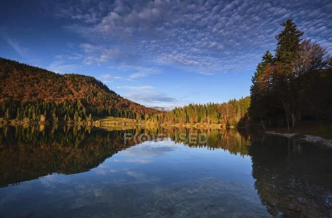 Сценічний вигляд осіннього лісу, що відбивається в озері Вальхен. — стокове фото