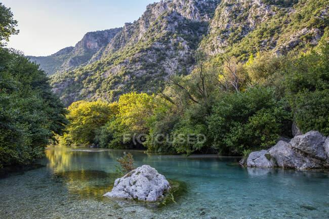Річка Ахерон тече від гори в Епірі (Греція). — стокове фото