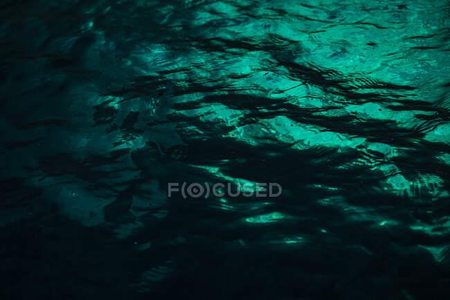 Vista submarina del agua de mar con reflejo - foto de stock