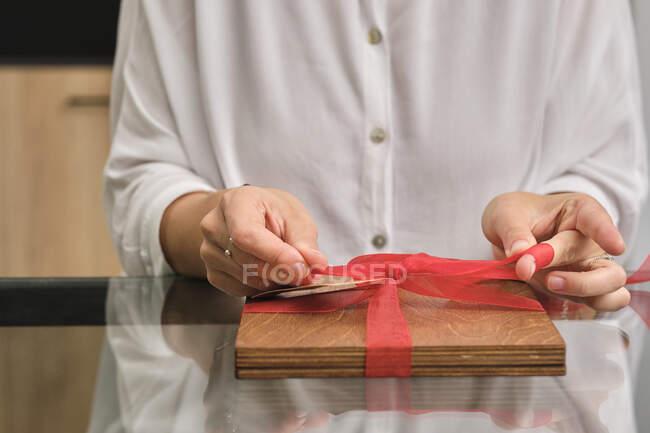 Sección media del regalo de envoltura de mujer - foto de stock