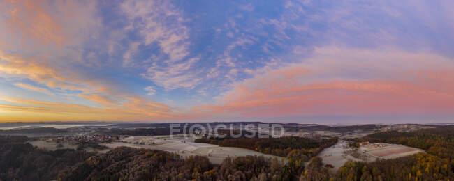 Drone vista del cielo lunatico sui villaggi di campagna all'alba autunnale nebbiosa — Foto stock