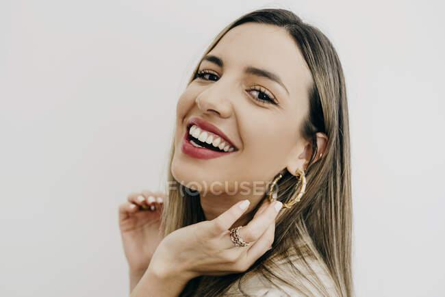Веселая женщина улыбается на белом фоне — стоковое фото