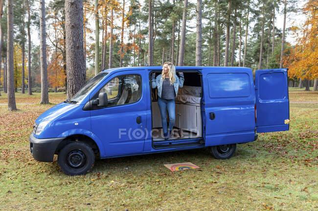 Посеред дорослої жінки, що вигнула на дверях фургона в Каннок Чейз. — стокове фото