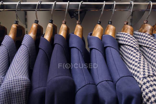 Riga di giacche su rack in boutique sarti — Foto stock