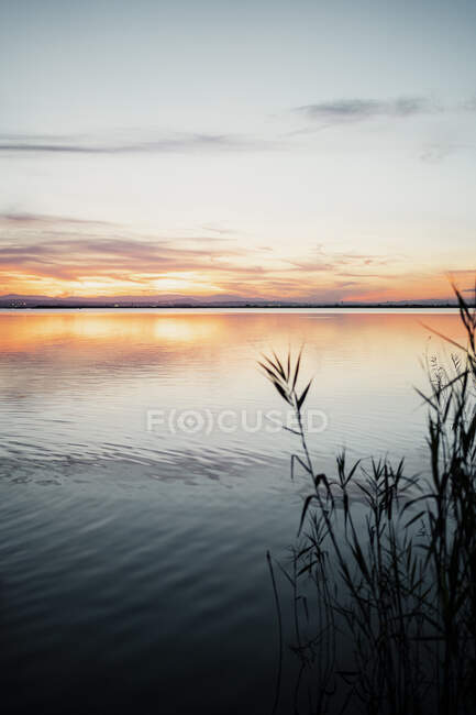 Идиллический вид озера на фоне неба во время заката — стоковое фото
